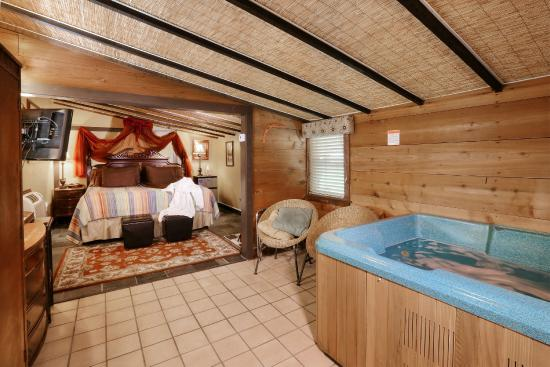 The Australian Walkabout Inn Bed & Breakfast: The Outback Cottage has a king bed and large hot tub.