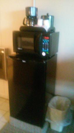 Red Roof Inn & Suites Herkimer: fridge, micro, coffee maker.