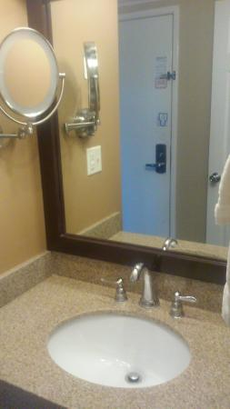 Red Roof Inn & Suites Herkimer: vanity outside of bathroom