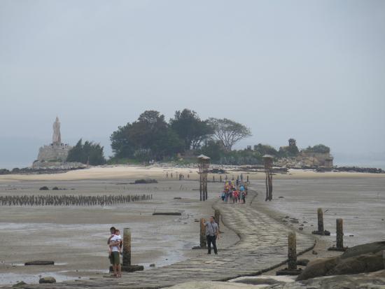 Jiangong Island: 沿石板路走過去就會到建功嶼了