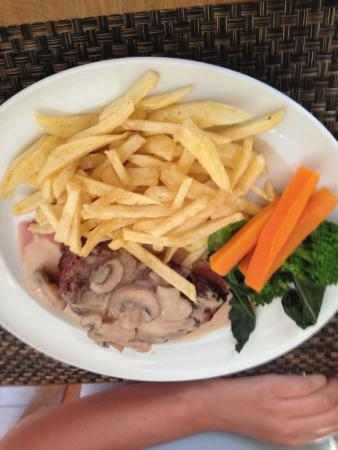Esquina Restaurante : Fillet of steak with mushroom sauce and REAL chips