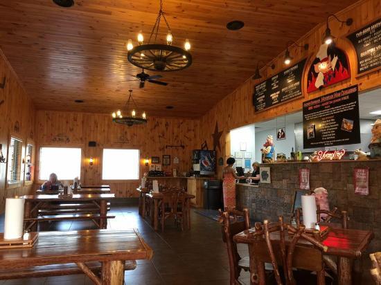 Archie's Barbeque: Interior dining area