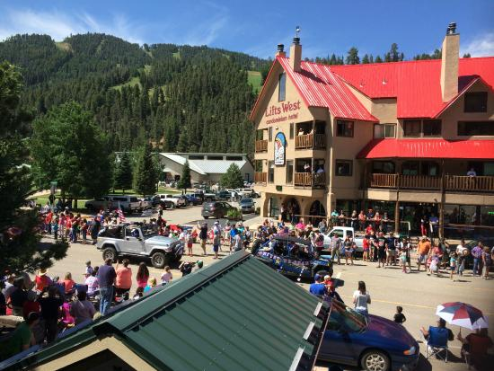 Ponderosa Lodge: Good view for the July 4th parade - balcony at front of lodge