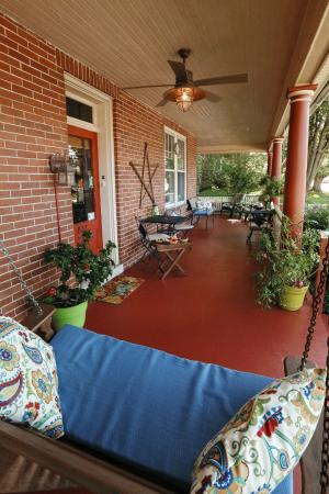 The Australian Walkabout Inn Bed & Breakfast: Front Porch