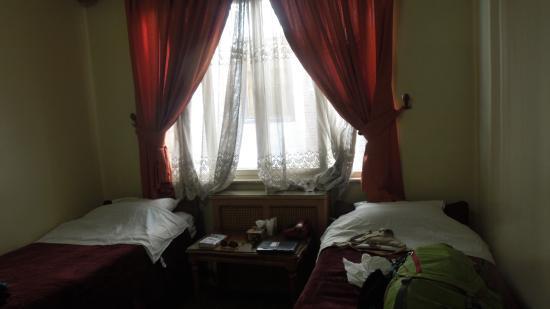 Firouzeh Hotel: Doppelzimmer mit Dusche und Kühlschrank - gutes Preis-/Leistungsverhältnis