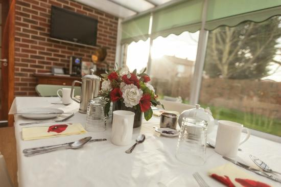 Riccall, UK: Breakfast in the conservatory