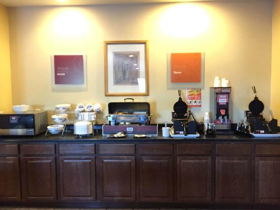 Comfort Suites Cedar Falls: Great hot food selection