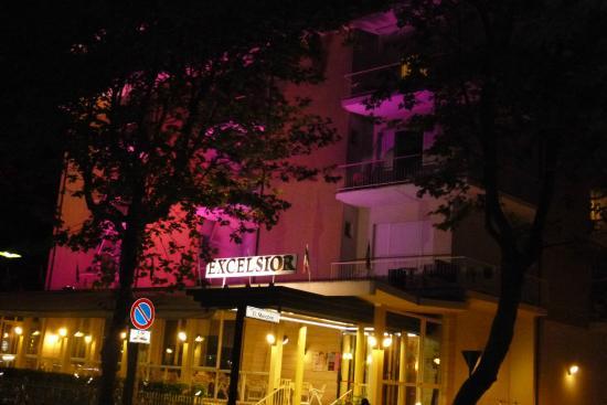 Hotel Excelsior: Entrée de l'hôtel avec façade illuminé en rose