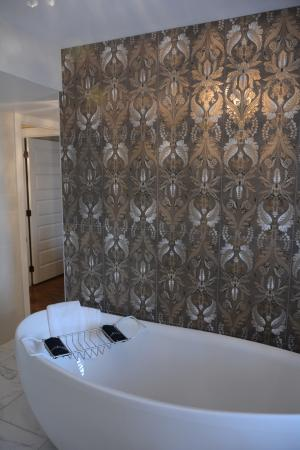 Inn BoonsBoro : Penthouse jetted tub