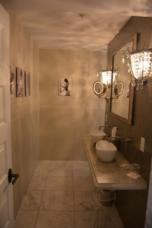 Inn BoonsBoro : Penthouse bathroom vanity area