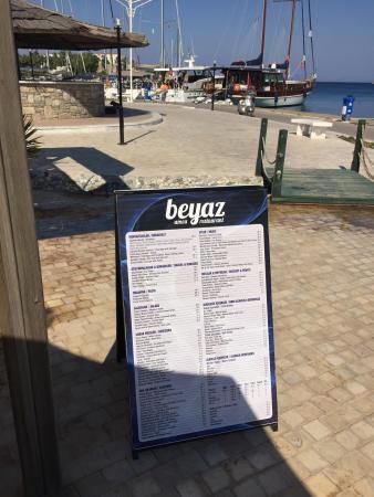 Beyaz Amca Restaurant Cafe & Bar: Datça Yat Limanı'nda deniz'e sıfır.