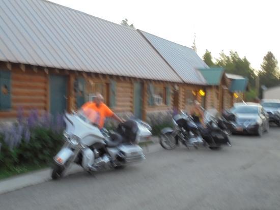 Yellowstone Inn: Bikes outside the room