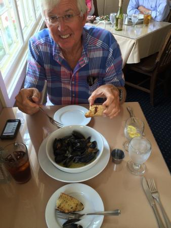 Morgan House Inn: Super PEI mussels in amazing garlic broth!