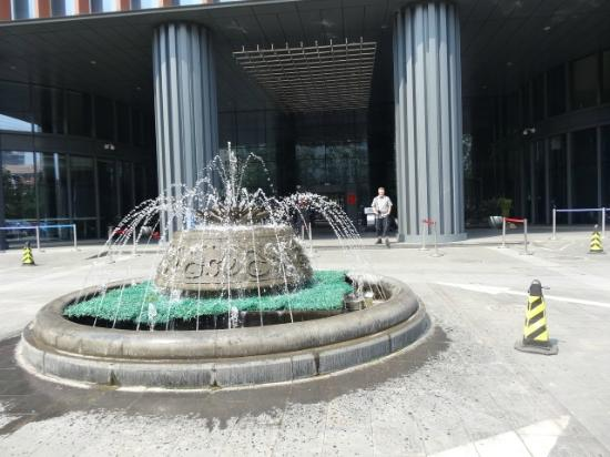 Park Plaza Beijing West: Springvand forand hotellet