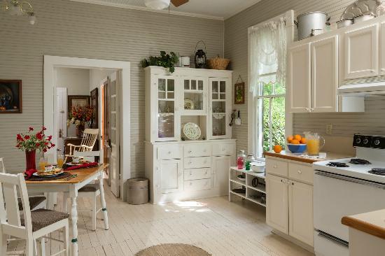 Maison D'Memoire Bed & Breakfast Cottages : Cottage kitchen