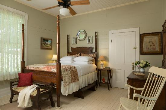 Maison D'Memoire Bed & Breakfast Cottages: Cozy Rooms