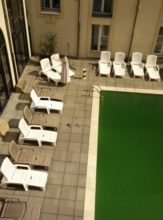 Hotel du Theatre: Un pigeons mort au bord le piscine, couleur Moselle svp !