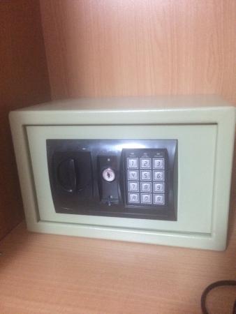 Dandi Domus Guest House: Functioning safe in wardrobe