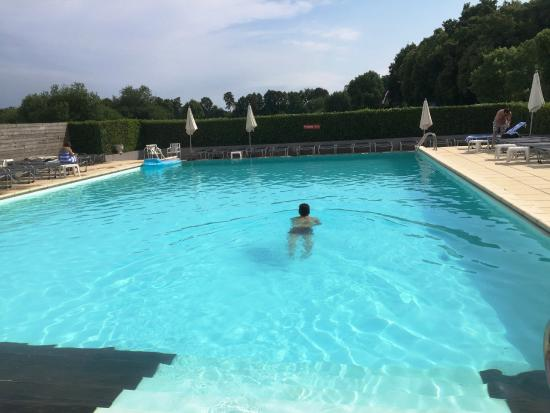 La piscine ext rieure photo de dolce chantilly for Piscine chantilly