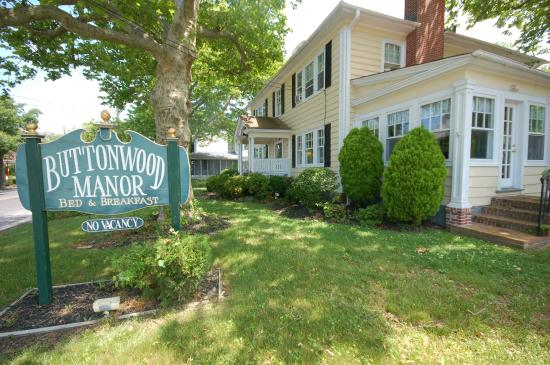 Buttonwood Manor Bed and Breakfast: We are 5 blocks, 10 minutes or less walk to the beach, restaurants & the shops