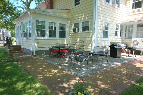 Buttonwood Manor Bed and Breakfast: Patio and grill