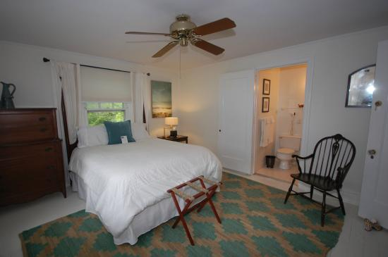 Buttonwood Manor Bed and Breakfast: Maximillian room, queen bed, private bath 2nd floor
