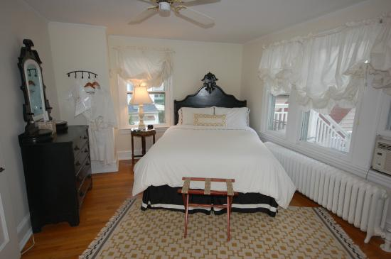 Buttonwood Manor Bed and Breakfast: Lady Jane room, queen bed, private bath, 2nd floor
