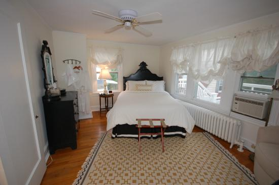 Buttonwood Manor Bed and Breakfast: Lady Jane, queen  bed, private bath, 2nd floor