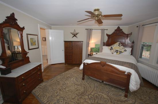 Buttonwood Manor Bed and Breakfast: Queen Anne room, queen bed, private bath, 2nd floor