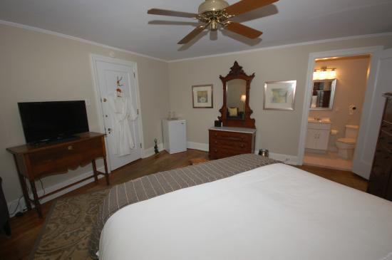 Buttonwood Manor Bed and Breakfast: Queen Anne, queen bed, private bath, 2nd floor