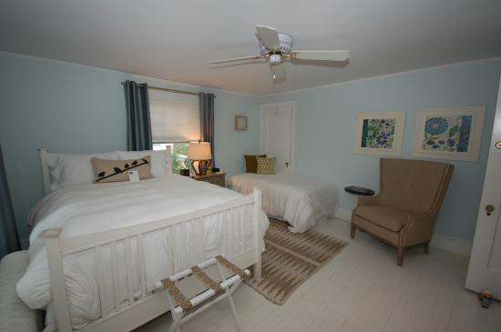 Buttonwood Manor Bed and Breakfast: Sophia Room, queen & twin beds, private hall bath, 2nd floor