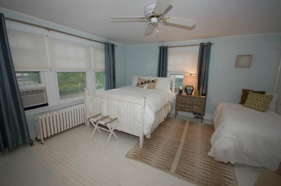 Buttonwood Manor Bed and Breakfast: Sophia room, queen bed, twin bed, private hall bath, 2nd floor