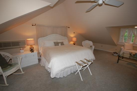 Buttonwood Manor Bed and Breakfast: The Loft, king bed, private bath, 3rd floor