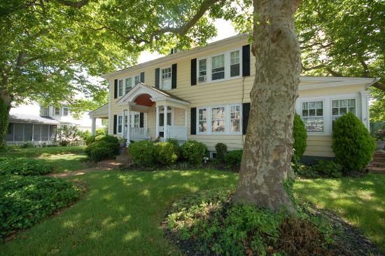 Buttonwood Manor Bed and Breakfast: The best of Cape May, 5 blocks from the beach, shops and restaurants