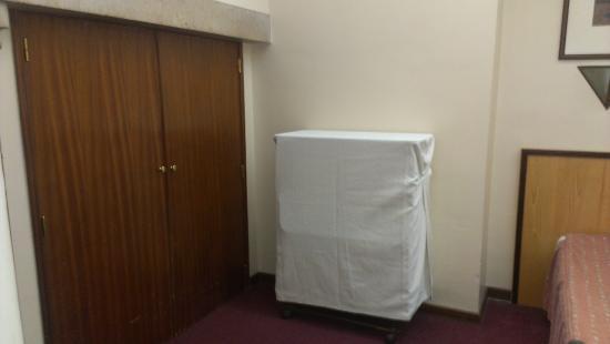 Residencial Horizonte: Несуразный шкаф и одна из дополнительных кроватей