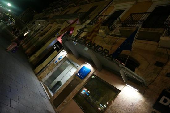 Alexandra Aparthotel: ночной вид на отель
