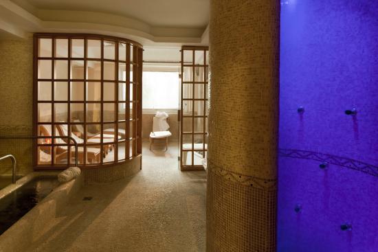 Zona benessere con sauna bagno turco e piscina kneipp bild von
