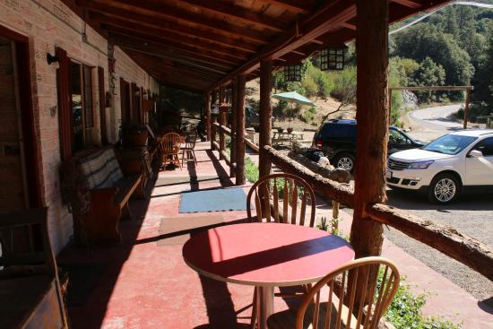 Cyndi's Snowline Lodge: Porch