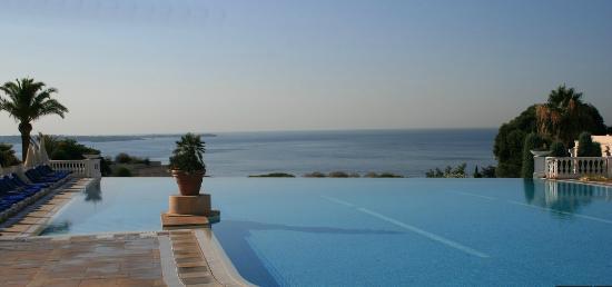 Pierre & Vacances Résidence Cannes Villa Francia : la piscina con il lato a cascata