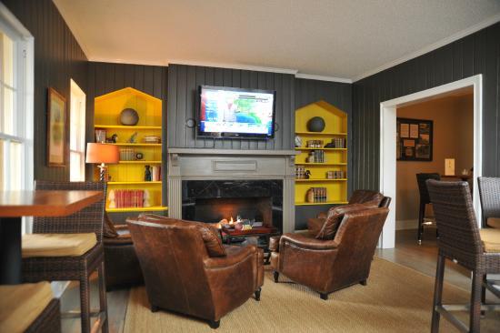 Merry Acres Inn: Cozy Pub Fireplace