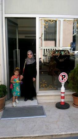 Lady Diana Hotel: при входе в отель.