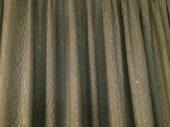 Baymont Inn & Suites Evansville North/Haubstadt: holes in drapes