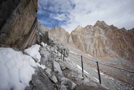 Mount Whitney : Almost no ice or snow at the end of June 2015. Droughts suck, but make for an easier summit.