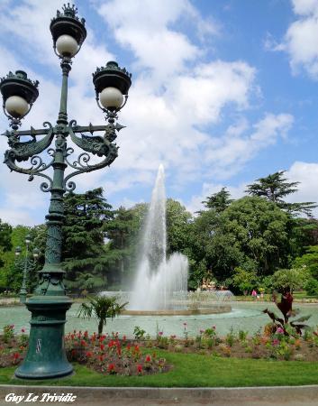 Lampadaire et jet d\'eau - Picture of Jardin du Grand Rond ...