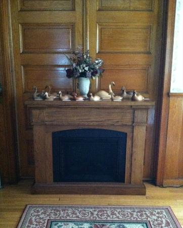 Ages Past Country House Bed & Breakfast : Entry way mantle