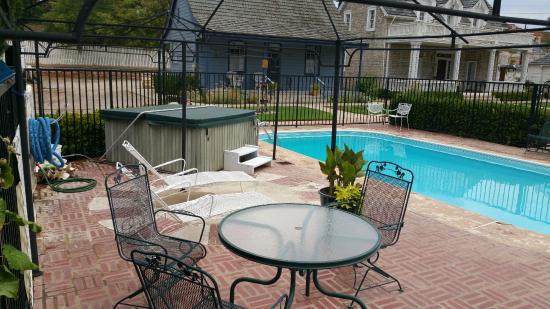 Green Gate Village Historic Inn: Pool and hot tub, centrally located in the middle of the buildings