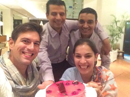 Increíble la sorpresa q nos preparó  Ahmed abdelhady Camarero del hotel conrad cairo, la mejor t