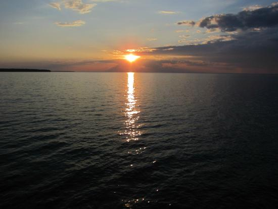Siskiwit Bay Lodge Bed and Breakfast: Lake Superior sunset