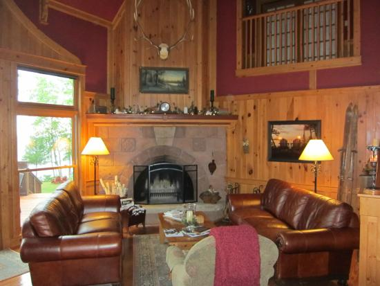 Siskiwit Bay Lodge Bed and Breakfast: Beautiful spacious lodge common are