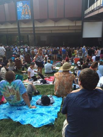 Saratoga Performing Arts Center: Lawn seats getting crowded